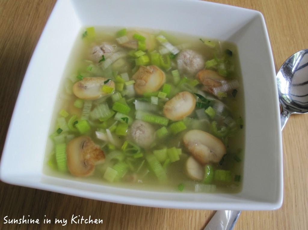 Heldere soep met prei champignons en balletjes