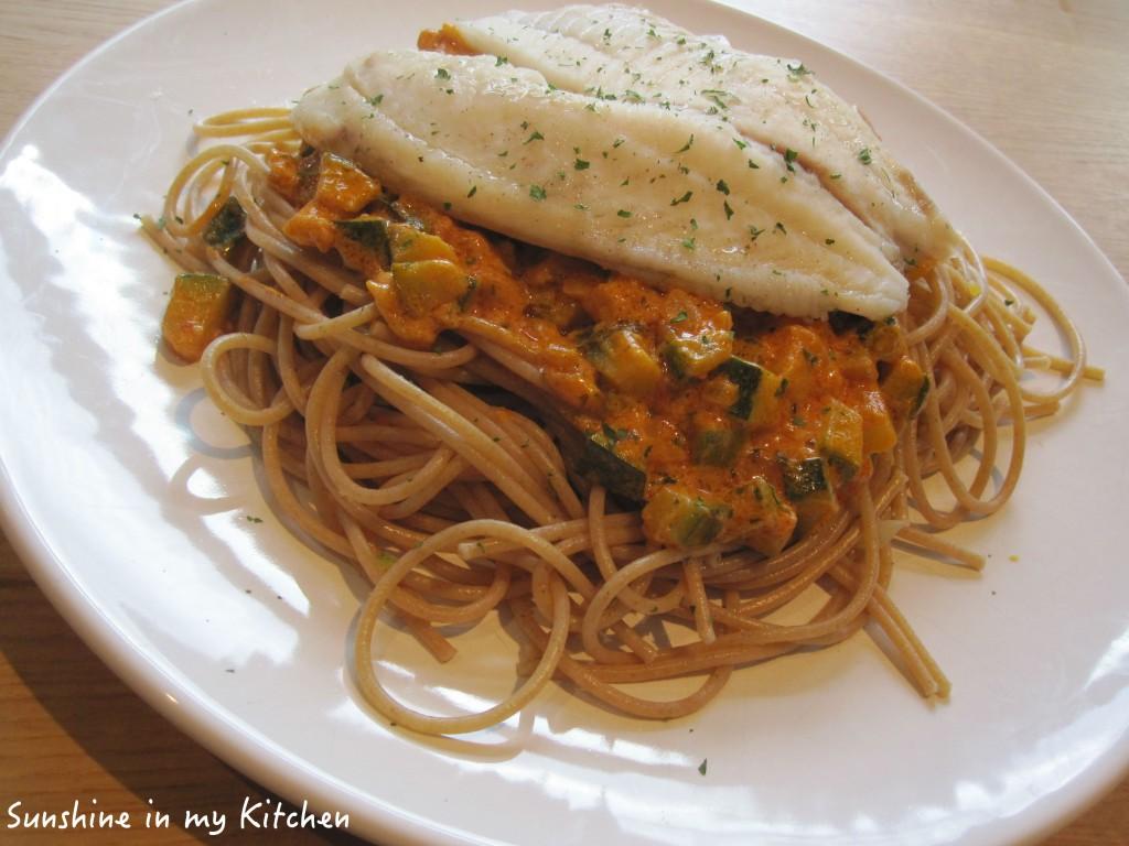 Spaghetti met courgette, rode pesto en gestoomde tilapia ...