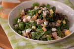Salade met gerookte kip, appel en geitenkaas